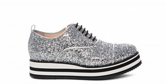 Se alla sneakers con un quintale di suola sotto ci infili anche i  glitter…siamo rovinati! A qualcosa bisogna rinunciare 8a25e1ec4c9